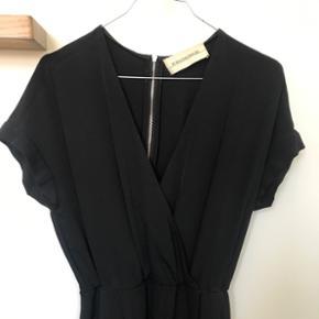 Kjole fra By Malene Birger i str. 32 (passer en 32-36 fint) nypris 2200kr - brugt en gang og har ingen slidtegn. Kjolen har lommer i hver side og falder flot til kroppen.   Bytter ikke og sender på købers regning 🌻