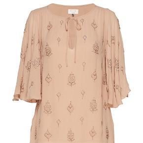Smukkeste bluse med fine detaljer - kun prøvet på, tags er taget af.  Nypris 2000,- Bytter ikke 😊