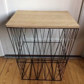 Sort trådbord m. bordplade. H: 51 cm, B: 40,5 cm, D: 30,5 cm