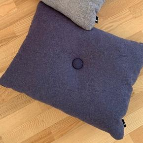 Sælger denne HAY pude - Dot Cushion 1 dot i grå/lilla farver.   Giv et bud ...  60x45cm