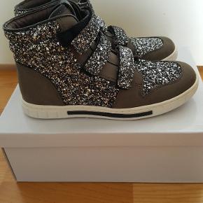 Vildt flotte basketstøvler. Farven er mørkegrå med et brunligt skær. Måler ca 23 cm i indvendig længde.