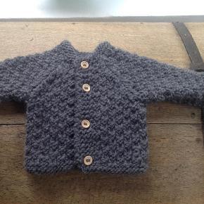 Strikket trøje i tykt uld. Strikkes i ønsket farve og størrelse. Stiger 10 kr for hver størrelse. 0-3, 3-6, 6-9 mdr osv.  Baby Farve: Råhvid