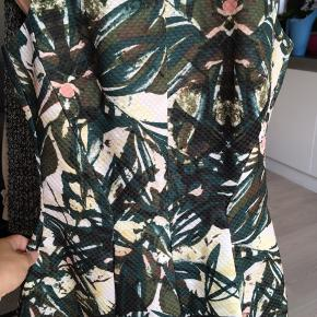 Kjole fra H&M i str. 34. 100% polyester  Cirka mål: Længde (fra hals til hæm): 92 cm Talje: 31 cm