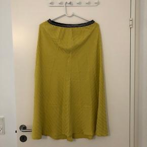 Skøn nederdel i gul med bronze strib