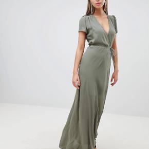 Lang kjole fra Asos. Aldrig brugt og fejler intet Np: 745kr Kom med et bud