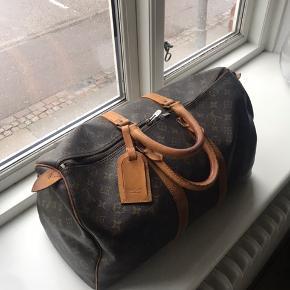 Louis Vuitton taske str. 50  Flot stand, lynlåsen skal dog laves - hvilket ikke er en stor omkostning.   Intet originalt tilbehør