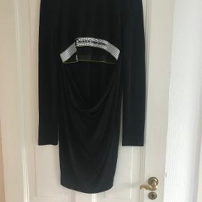 Udsalg. Sælger denne smukke kjole, da jeg ikke for den brugt. Jeg gav oprindelig 4000 kr. Den kan sendes for købers regning. Den er rund i halsen foan. Vises fra ryggen, da der er hul i ryggen bag til.