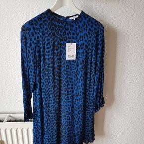 """Mega sød georgette dress fra limited edition kollektionen """"Love for Leopard""""   Farven hedder Lapis Blue   Bytter ikke. Er åben for bud 🙏  Kan afhentes i Charlottenlund eller sendes med DAO på købers regning."""