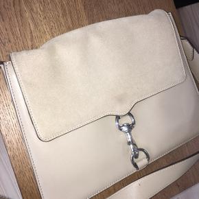 Sælger min smukke Rebekka Minkoff taske i beige. Tasken er købt i Magasin til 4000 kr.  Den er brugt meget få gange, men desværre er ruskindet på bagsiden ikke som nyt længere. Sender gerne flere billeder :-)