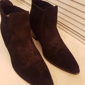 Fede støvletter fra Shoe the Bear. Aldrig brugt. Sender helst ikke. Befinder sig i Hellerup. Spørg