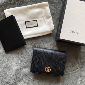 Gucci marmont pung i læder - alt på 1. billede medfølger samt kvittering. Nogen slid på logoet. Mål: 11 x 8 x 3 cm  Model: 456126 CAO0G 1000