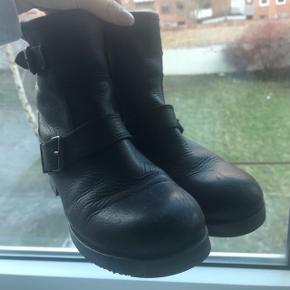 Støvlerne har nogle brugsridser på snuden, dog ses det ikke med mindre man ser dem tæt på. Desuden er der blevet sat en skridsikker sål under skoen, hvorfor de stort set ikke er slidte underneden.