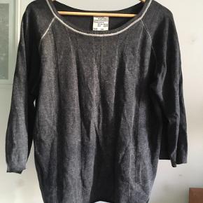 Mørkegrå sweater med lysegrå kanter af uld og bomuld. Str. L.