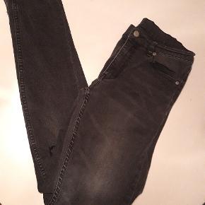 Rigtig fine jeans str 29/32 med huller på knæ. De er som nye