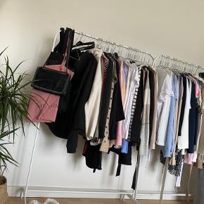 2 x tøjstativ fra Ikea, sælges samlet  for 70 kr. eller hver for sig for 40 kr. Har kostet 99 stk. fra ny! Kan afhentes i Aalborg vestby