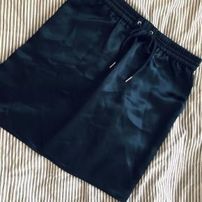 Virkelig fin silke nederdel med sporty elastik detalje i taljen. Er desværre vokset ud af den (græder) så den fortjener en ny ejer. Nærmest aldrig brugt... :-)