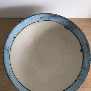 Smuk skål, 10 cm høj og 23 cm i diameter.