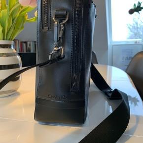 Sælger denne meget enkle og stil klassiske computertaske fra Calvin Klein den har været i brug få gange og har ingen brugsspor.