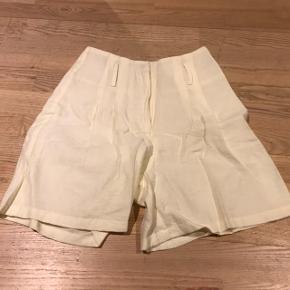 Rå-hvide shorts. Meget højtaljede og med et ekstra lag stof, så de ikke er så gennemsigtige