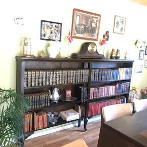 Bogreol mørk- bejdset eg Junghans, bordur (Kamin) kan tilkøbes for 350kr.  Bud modtages  Bog reol Brede: 220 cm Højde 125 cm Dybde 25 cm  Afhentes i Haslund(Randers)