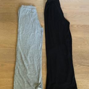 Rigtig populære bukser fra Pieces. Det går er i en str. s og det sorte er en str. m - men jeg kan personligt ikke mærke det største forskel. Bukserne er syet en smule ind i taljen  1x par 100 2x par 160