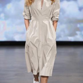 'Cora Shirt Dress' som er gennemknappet og med bælte i taljen