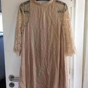 Varetype: Sød blonde kjole Farve: Se billede Oprindelig købspris: 400 kr.