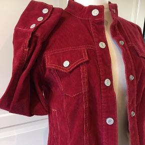 Cool jakke i rødt fløjl. Som ny - brugt få gange.  Strækstof: 98% bomuld og 2% spandex.  På billederne er den på en gine i str. medium.