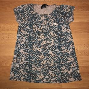 Flot kjole fra Hummel i str. 98. Kjolen er i gid stand uden huller eller pletter.