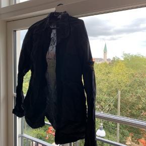 Den fejler intet. Bruger den ikke mere da jeg har fået en ny jakke str L. Byd meget gerne, så vi begge partner kan finde ud af en god pris. Jakken er ægte fik den i fødselsdag gave. Har dsv ingen kvit men jeg kan bevise den er ægte..