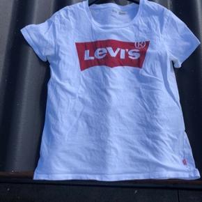 Sælger denne T-shirt den jeg ikke synes den klær mig. Ny prisen var 250kr og den er gået med ca. 1-2 gange. Bud modtages og køber betaler selv fragt.
