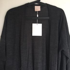 Blød Fin mørkegrå strik - slids i ribkanten forneden - 50% uld og 50 % acryl