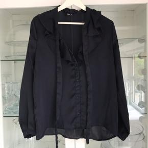 Smuk satin skjorte i mørkeblå med bindebånd ved halsen 💙💙 Passer S-M