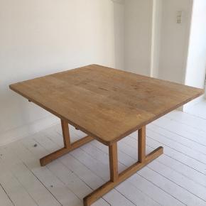 Børge Mogensen Spisebord af massiv eg. Model 6286. Udført og mærket hos Fredericia Stolefabrik. Det er den korte model, som ikke produceres mere.  Sjældent udbudt. Sælges billigt, da bordpladen trænger til en rengøring.