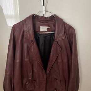 Unik, håndlavet jakke fra Gestuz i lammelæder. Jakken blev købt sidste sommer for 5000 kr. Ingen tegn for slid, da jeg har passet rigtig godt for den. Ingen bud under 2300 kr 😊