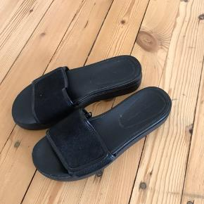 Flops fra Zara i str. 38. Skoene har plateau på omkring 4 cm.