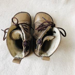 Skønne varme vinterstøvler fra Angulus med uldfoer og skridsikre såler i rågummi.  Lynlås på indersiden, så de er hurtige og nemme at få på.  Kun brugt få gange, da mit barn foretrak sine termostøvler.  Nypris 899,-