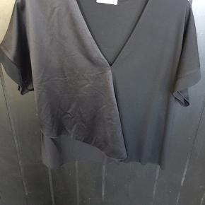 Sort selskabs bluse med satin overfald C.front
