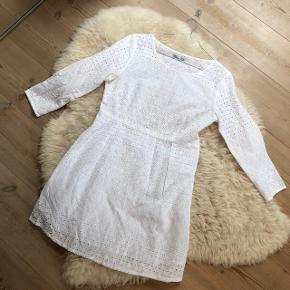 Super sød kjole i str. M (lille i størrelsen, svarer til S). Kjolen er foret nederst men ikke øverst - man skal derfor have en top under.