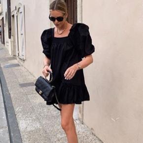 Sælger denne fine kjole fra H&M. Den er kun prøvet på, og sælges da jeg ikke får den brugt 💕  Billeder er lånt 🌼