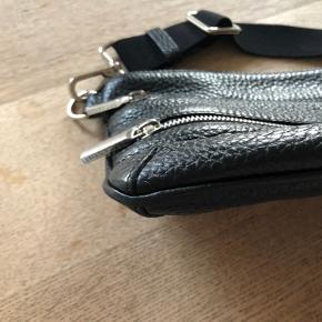 Meget lækker sort skind taske fra Decadent.  Ingen ridser eller slidmærker Nypris 2000kr Køber betaler porto, hvis den skal sendes. Hvis der betales på ts, betaler køber gebyr.