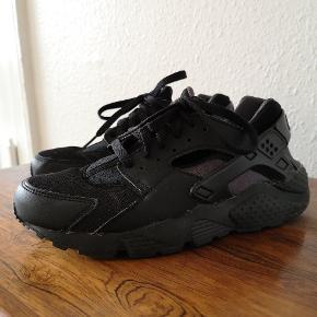 Sælger mine Nike Hurrache i sort, da jeg desværre ikke kan passe dem længere. Sneaks'ne fejler intet og er kun brugt nogle gange. De er lidt små i størrelse. Så måler dine fødder 24cm, passer de lige knap. Jeg anbefaler sneakersne til en, hvis fødder måler 23-23,5cm.