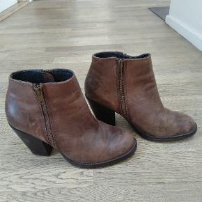 Lækre læderstøvler fra Gardenia, med patineret look.  De har været brugt et par gange. Størrelsen er en lille 39, og passer bedre en 38.  Kom med et bud :) Kan sendes eller hentes i Nærum.