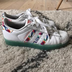 Adidas superstar i str 37 1/3. Limited edition.  Jeg passer dem og bruger normalt 38.  I fin stand. Fede farver.  Køber betaler Porto.