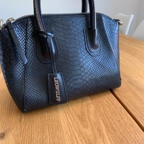 Super fin leowulff taske!  Den står rigtig pænt, men har små brugstegn på bunden!