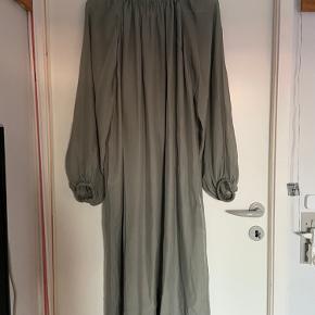 Så fin kjole i en flot, støvet grøn farve. 100% silke. Aldrig brugt