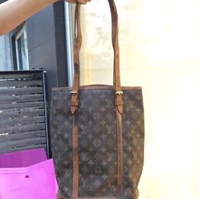 Louis Vuitton GM bucket bag Har patina mærker og læderet ved håndtaget er tørt men fungere fint