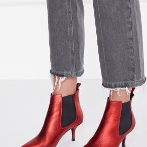 Super lækre støvler fra Anine Bing. Model Stevie metallic red. Nypris 3000. Det er en str. 39, er lidt små i str. pga. de spidse snuder. Mp. 2000 pp.