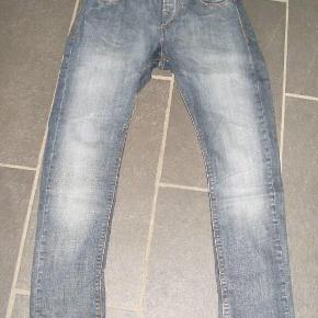 GABBA - nye jeans - Model Roy Størrelse: 30 Farve: Som foto Oprindelig købspris: 1100 kr. Fede jeans fra Gabba - aldrig brugt da de blev købt for små. Modellen hedder Roy. Sende gerne på købers regning : DAO 39,-