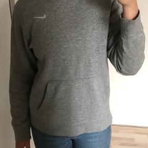 nike hoodie str xl(børnestørrelse) - fitter xs-m  nypris: 280 pris: 130, ellers byd